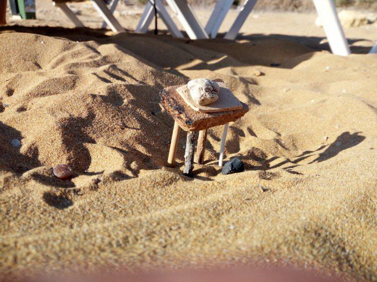 Tavolino riciclato in spiaggia
